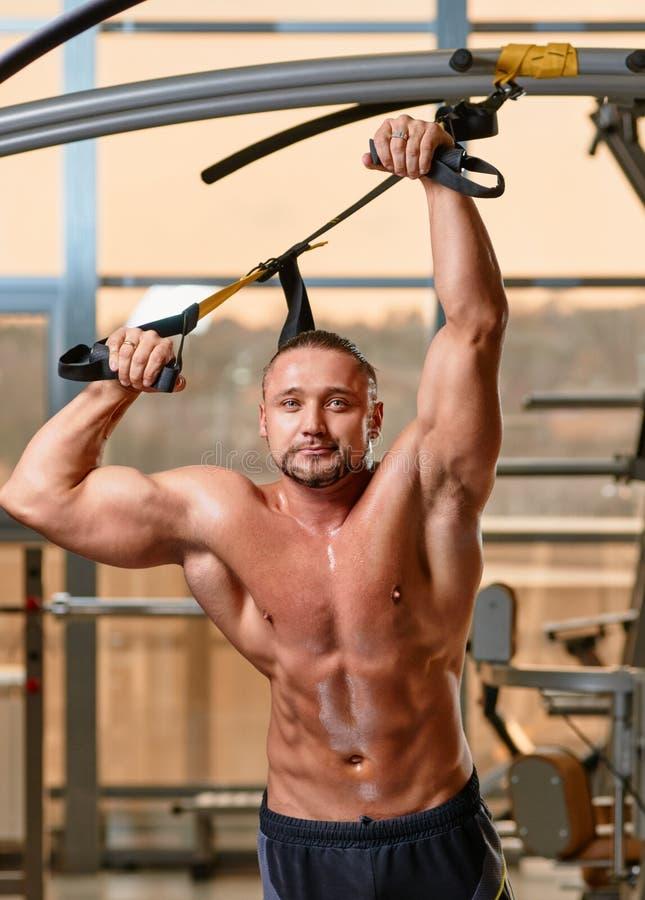 Sprawności fizycznej TRX mężczyzna portret obraz stock