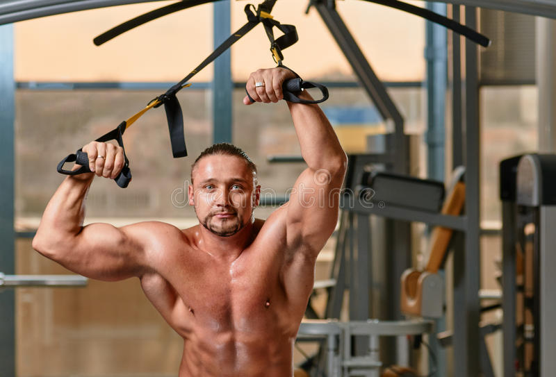Sprawności fizycznej TRX mężczyzna treningu portret zdjęcie stock