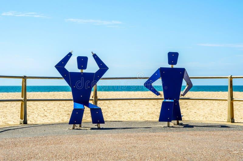 Sprawności fizycznej wyposażenie przy piaskowatą plażą, błękitny ocean, jawny gym, se obrazy stock