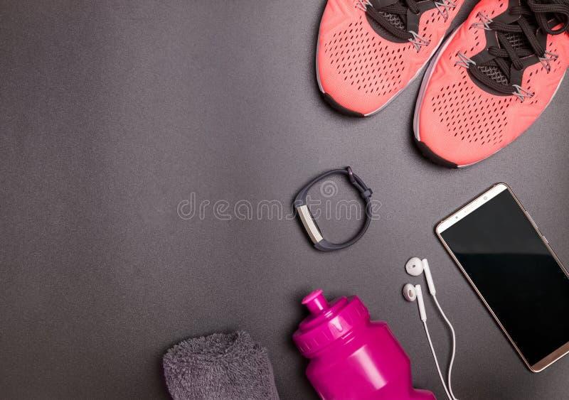 Sprawności fizycznych akcesoria lubią sneakers, butelka z wodą na czarnym tle zdjęcie stock