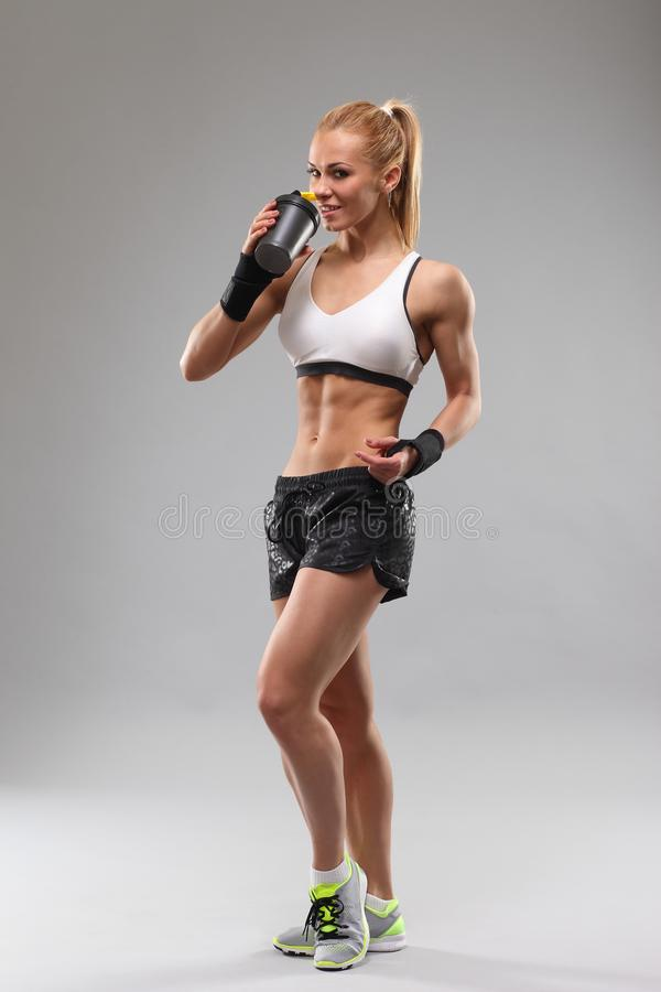 Sprawno?ci fizycznej dziewczyna pije sporta nap?j zdjęcie stock