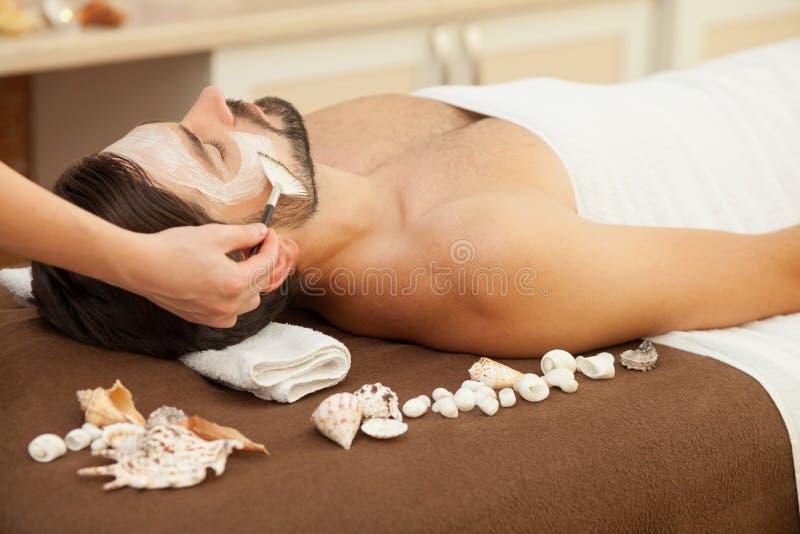 Sprawny terapeuta pracuje przy piękno salonem zdjęcie stock