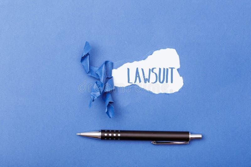 Sprawy sądowej słowo za rozdzierającym kawałkiem papieru obraz royalty free