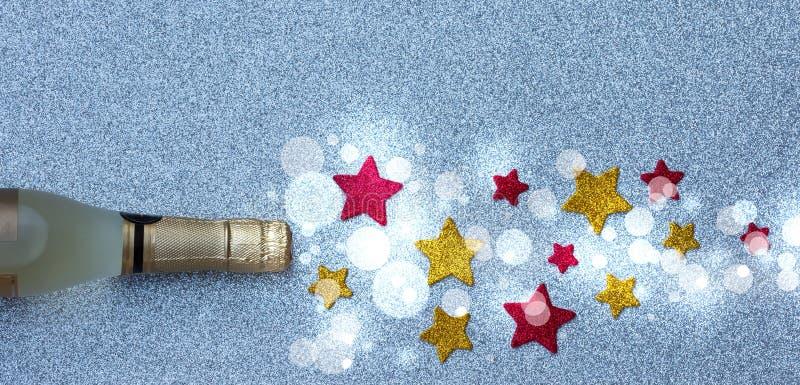 Spray der Sterne von einer Flasche Champagner auf silbernem Hintergrund Weihnachten- und neues Jahr ` s Dekor lizenzfreie stockfotos
