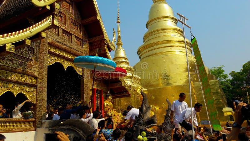 Spray für Buddha-Statuenwasserzeremonie in songkran Festival stockbilder