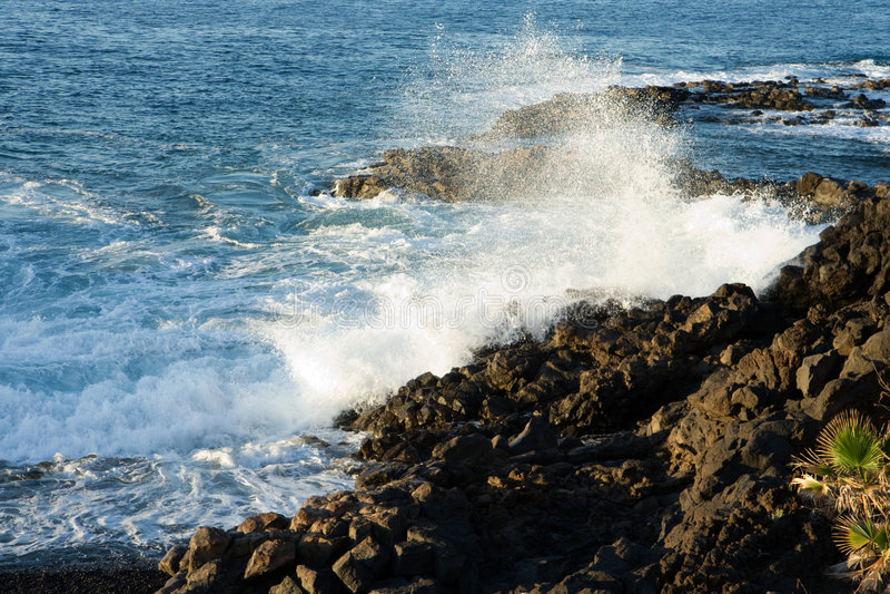 Spray von einer brechenden Welle lizenzfreie stockfotos