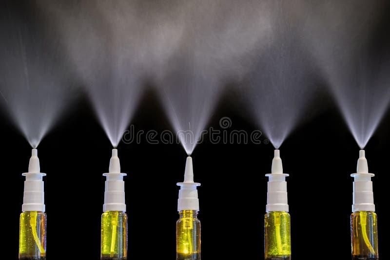 Spray von Nasensprays als Droge im Falle der Kälte stockfotografie