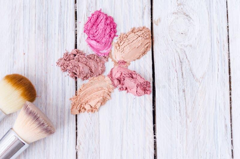 Sprayed mång--färgade skönhetsmedel Makeupborstar fotografering för bildbyråer