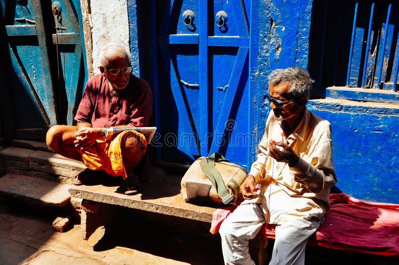 Sprechen Einheimische in einer Gasse in Varanasi, Indien lizenzfreie stockfotos