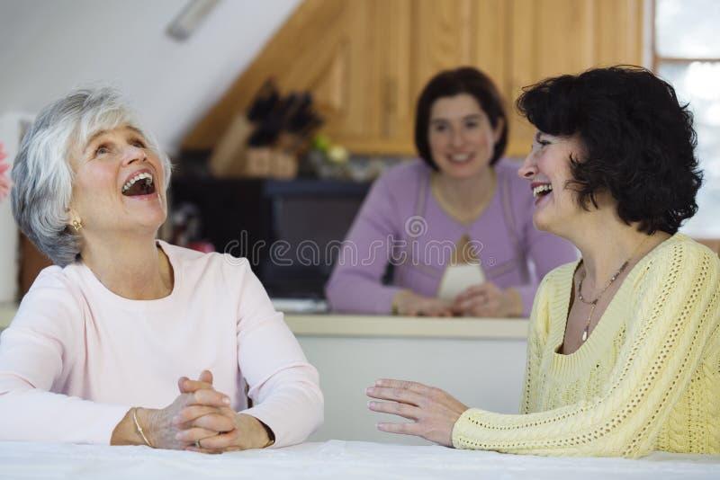 Sprechende oder klatschende Frauen stockbild