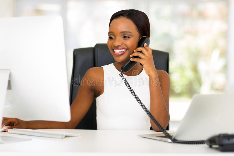 Sprechentelefon der Geschäftsfrau stockbilder
