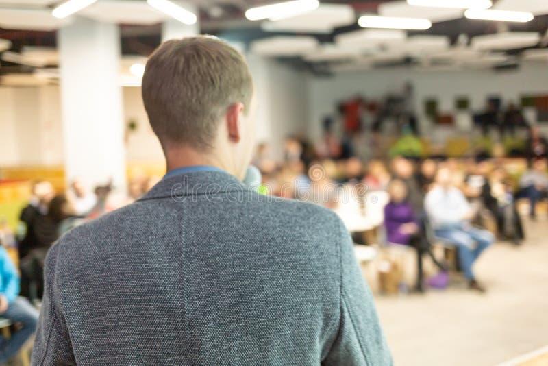 Sprecher bei der Geschäftskonferenz und der Darstellung Publikum am Konferenzsaal lizenzfreie stockfotos