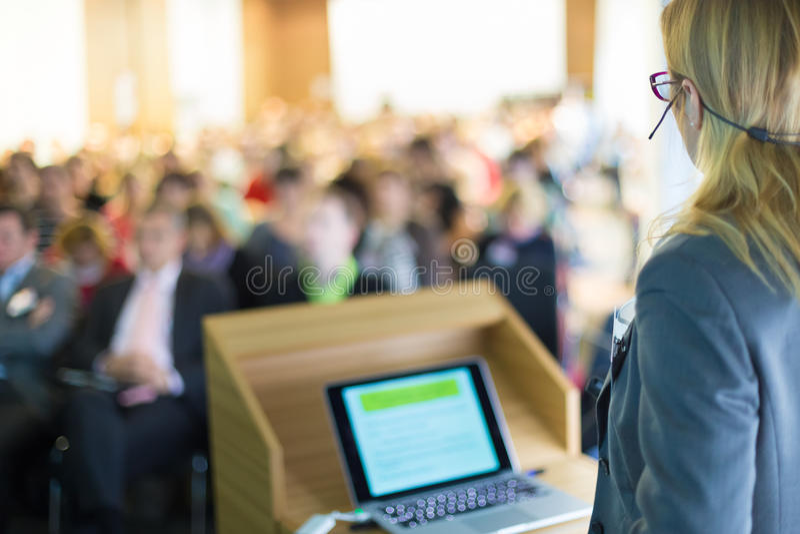 Sprecher bei der Geschäftskonferenz und der Darstellung lizenzfreie stockbilder