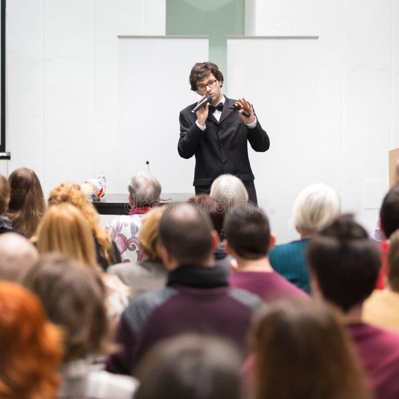 Sprecher, der bei der Geschäftskonferenz spricht lizenzfreies stockfoto