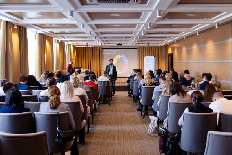 Sprecher, der ein Gespräch bei der Konferenz, Darstellung, Geschäftsereignis gibt Publikum am Konferenzsaal Gesch?ft und Unterneh lizenzfreies stockfoto