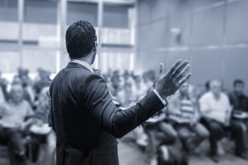 Sprecher, der ein Gespräch beim Geschäftstreffen gibt lizenzfreies stockbild