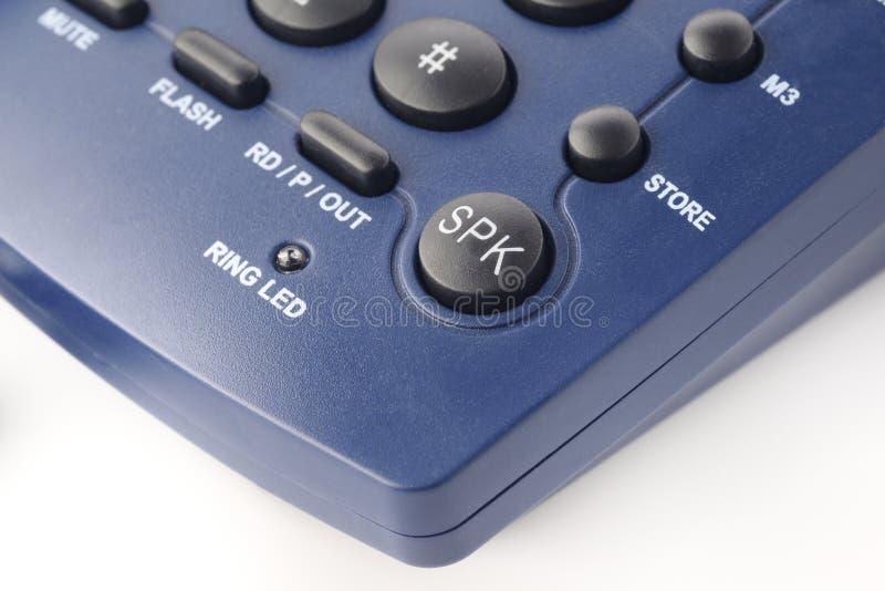 Sprecher-Knopf an einem modernen Festnetztelefontelefon in der blauen Farbe lizenzfreies stockbild