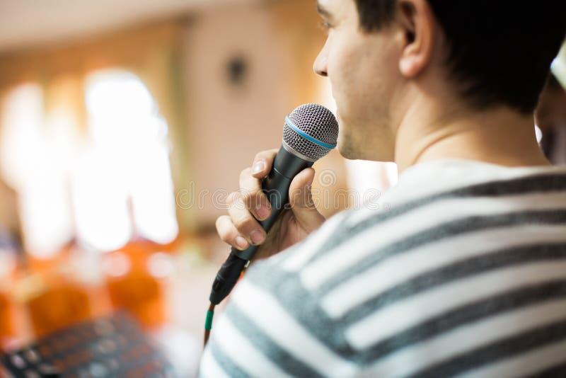 Sprecher oder Sänger bei der Geschäftskonferenz und der Darstellung stockbild