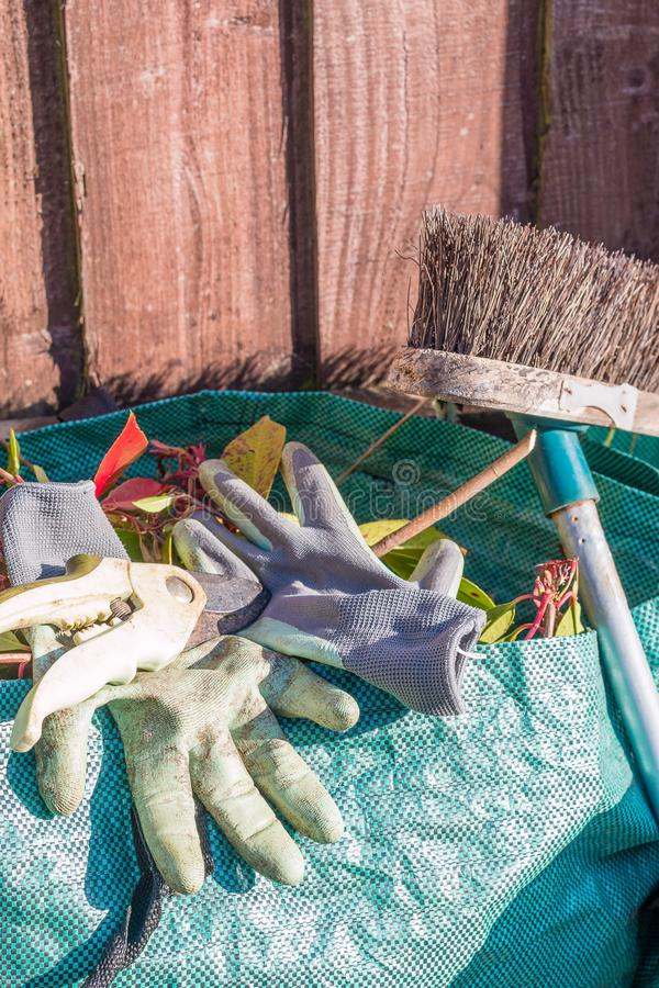 Spreco del giardino nella borsa dei rifiuti fotografia stock