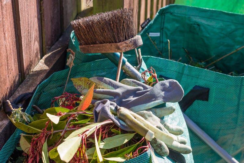 Spreco del giardino nella borsa dei rifiuti immagine stock