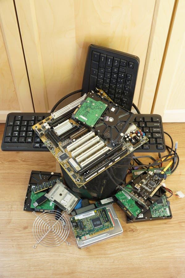 Spreco di E Un bidone della spazzatura riempito di componenti di computer logore immagine stock libera da diritti