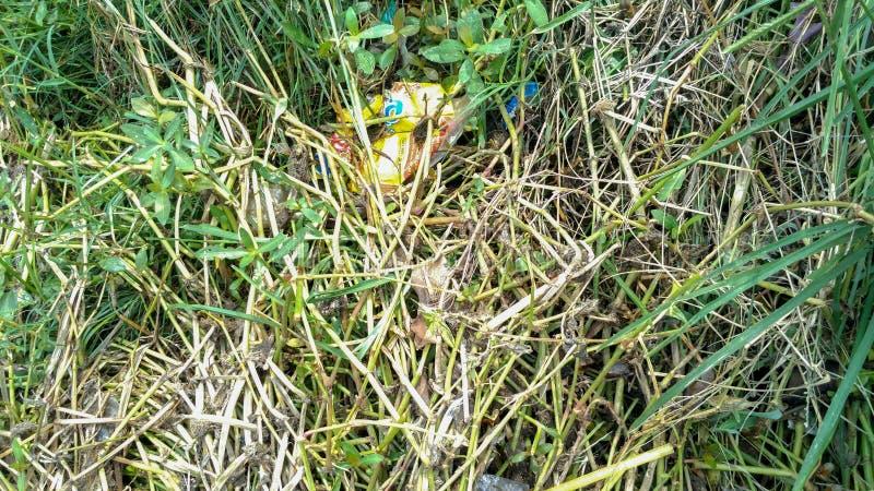 Spreco di plastica dalla grondaia fare il flusso di acqua ostruito fotografie stock libere da diritti