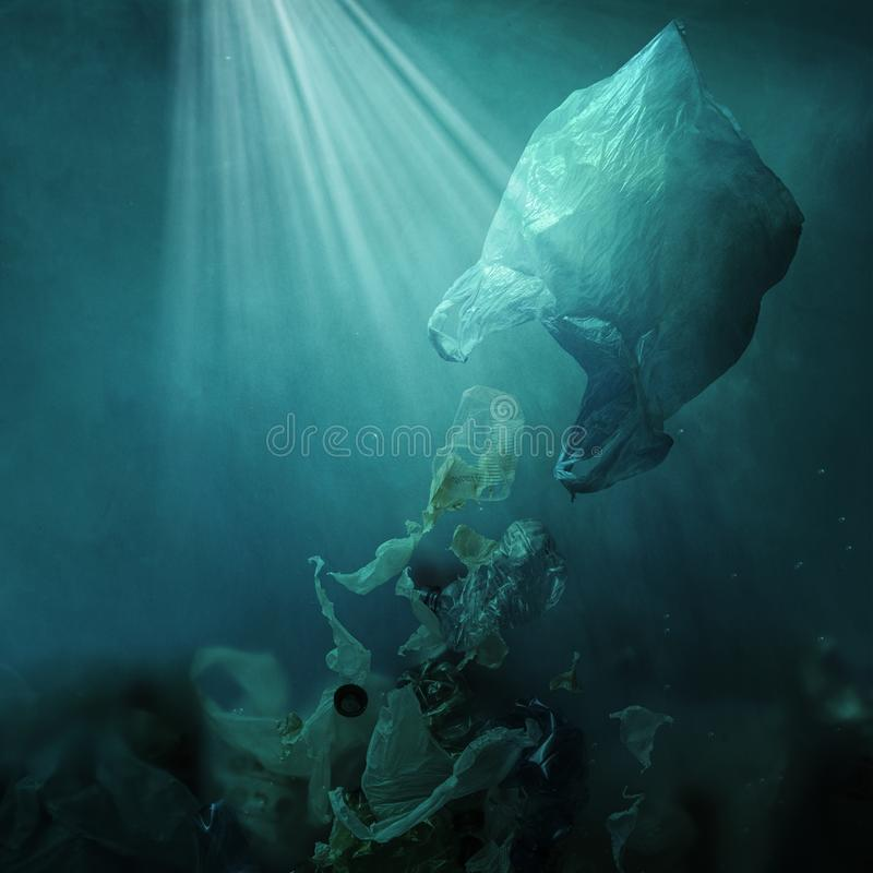 Spreco ed inquinamento di dispersione di galleggiamento del sacchetto di plastica dell'oceano immagine stock