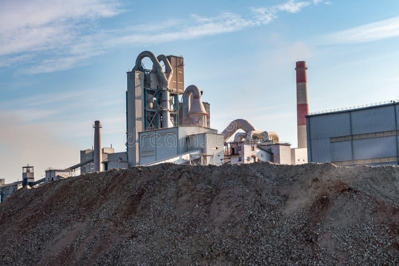 Spreco grigio industriale dell'inquinamento ambientale del paesaggio di fabbrica del cemento Grandi tubi della pianta di impresa  immagini stock