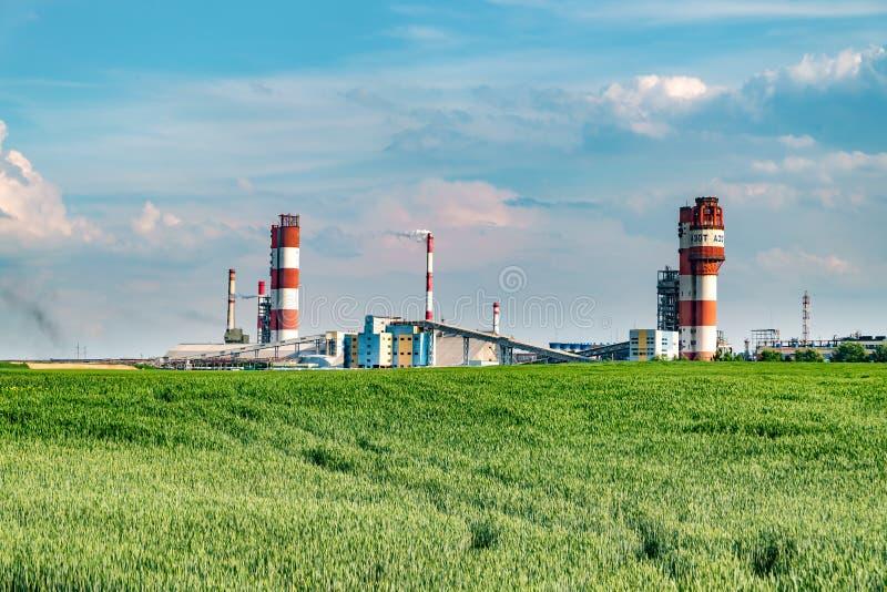 Spreco industriale dell'inquinamento ambientale del paesaggio di centrale elettrica termica Grandi tubi della pianta di impresa d immagini stock libere da diritti