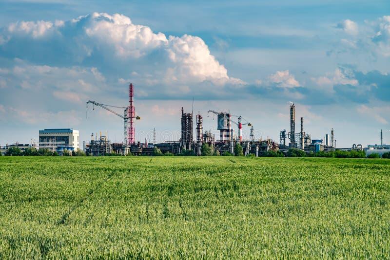 Spreco industriale dell'inquinamento ambientale del paesaggio di centrale elettrica termica Grandi tubi della pianta di impresa d fotografie stock libere da diritti