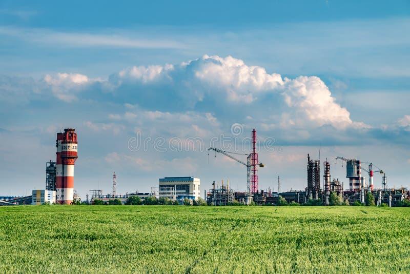 Spreco industriale dell'inquinamento ambientale del paesaggio di centrale elettrica termica Grandi tubi della pianta di impresa d fotografia stock libera da diritti