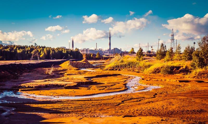 Spreco industriale dell'inquinamento ambientale del paesaggio di centrale elettrica termica Grandi tubi di impresa di industria c fotografie stock