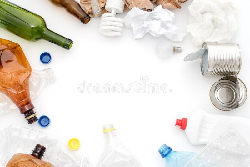 Spreco riciclabile, risorse Pulisca il vetro, la carta, la plastica ed il metallo su fondo bianco Copyspace per testo Riciclaggio fotografia stock