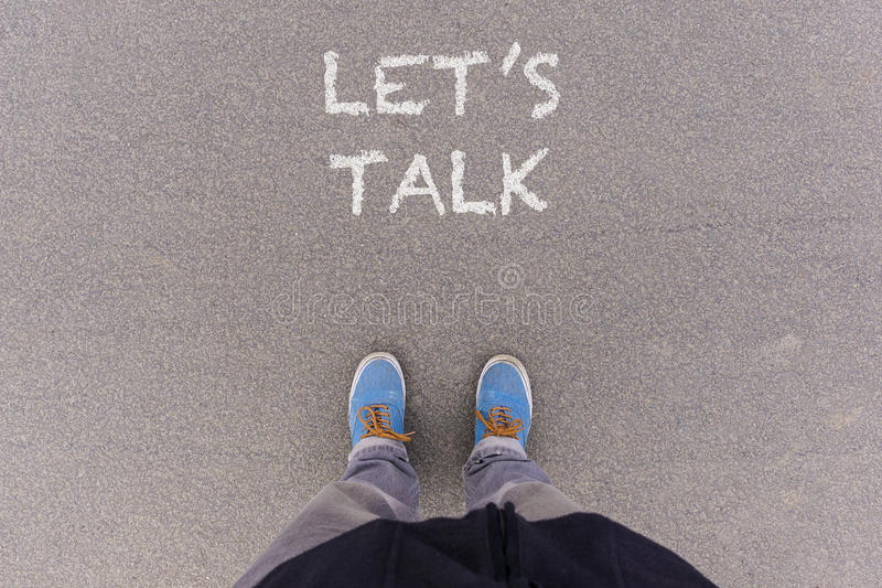 Spreek tekst op asfaltgrond, voeten en schoenen op vloer royalty-vrije stock foto's