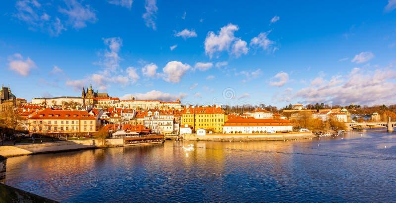Spreekt de de stads scape panoramatic mening van Praag van het kasteel Hradcany van Praag in lokaal Dichtbij Charles-brug over de stock foto