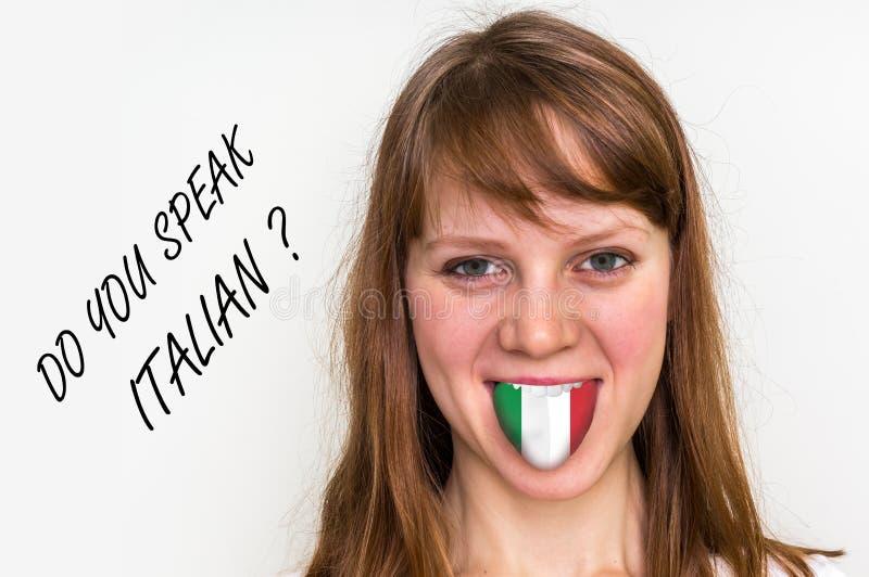 Spreekt u het Italiaans? Vrouw met vlag op de tong stock foto's