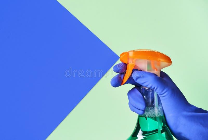 Sprej för att göra ren i hand fotografering för bildbyråer