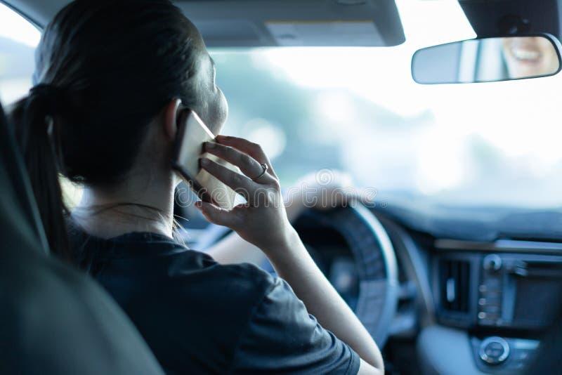 Spreken op de telefoon terwijl het drijven Texting en het Drijven Afgeleide bestuurder achter het wiel stock afbeeldingen