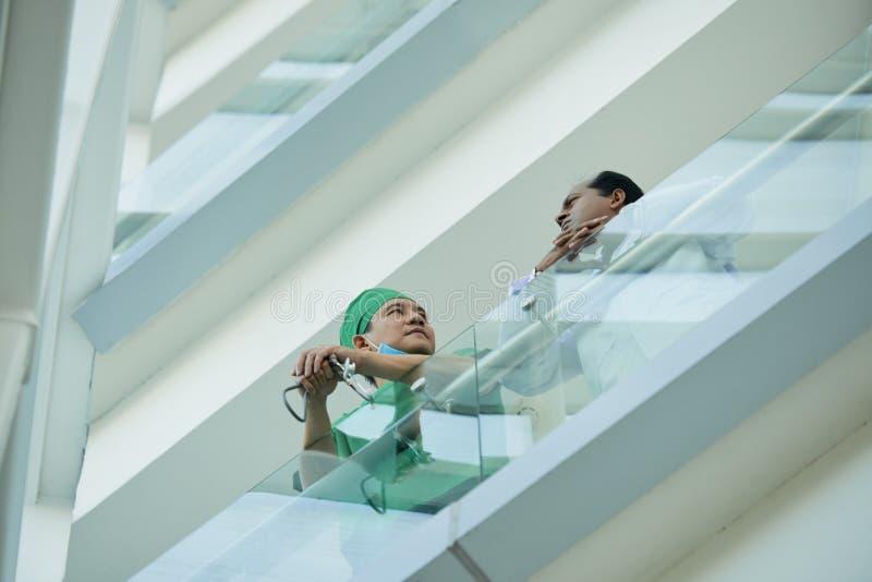Sprekende medische arbeiders stock afbeelding