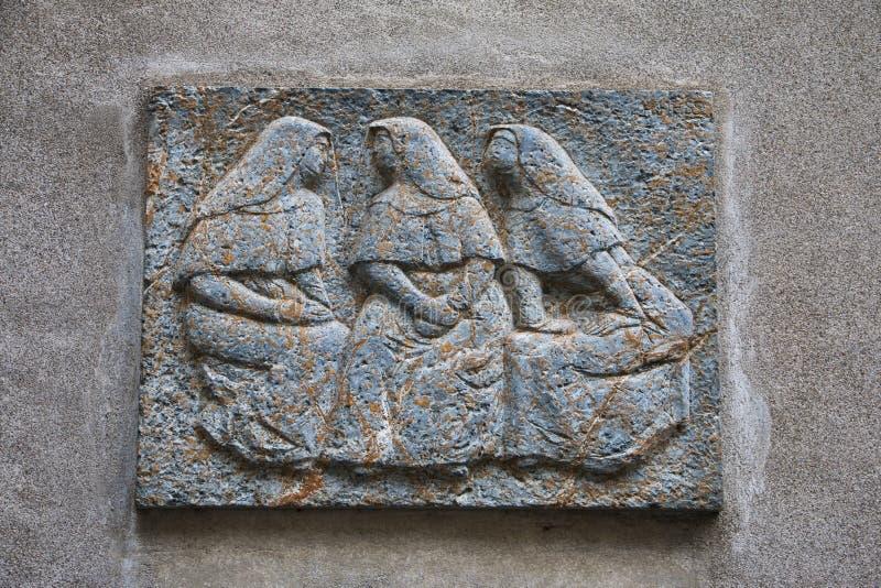 Sprekende vrouwen in steenbeeld in Zürich stock foto