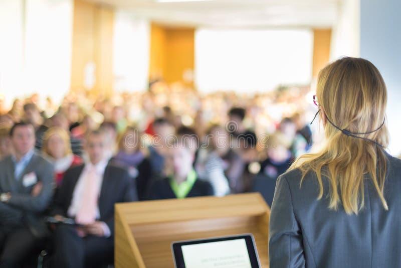 Spreker bij Bedrijfsconferentie en Presentatie stock afbeelding