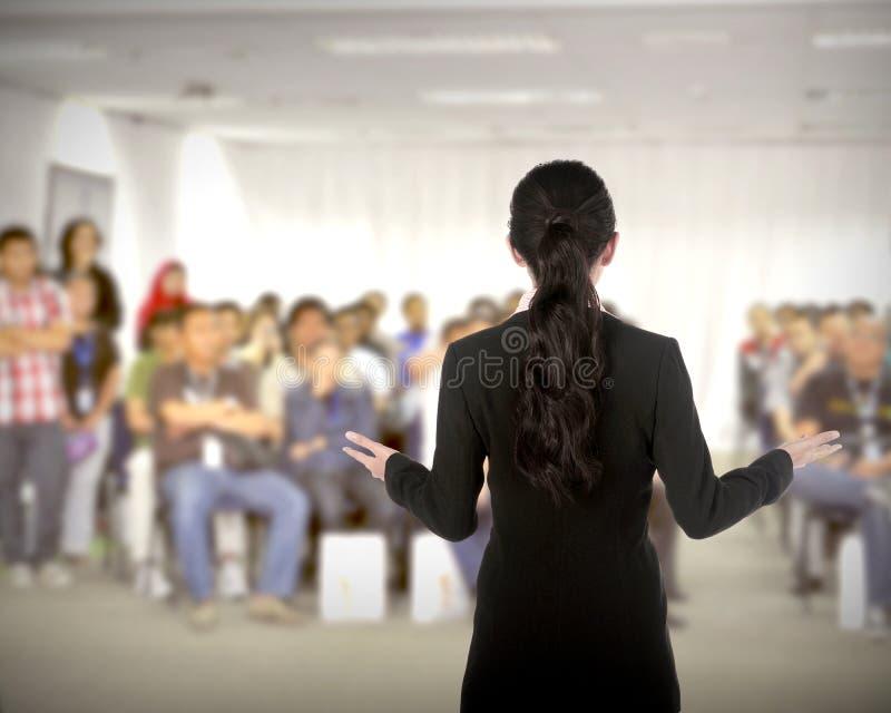 Spreker bij conferentie en presentatie stock afbeelding