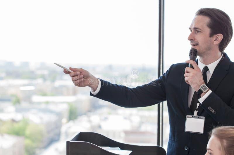 Spreker bij presentatie aan publiek royalty-vrije stock foto
