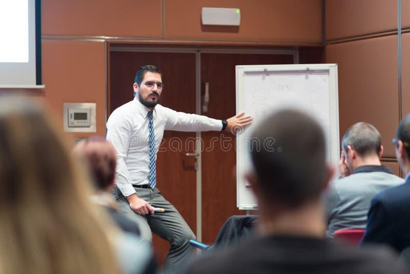 Spreker die een Bespreking geven op Commerciële Vergadering royalty-vrije stock foto's