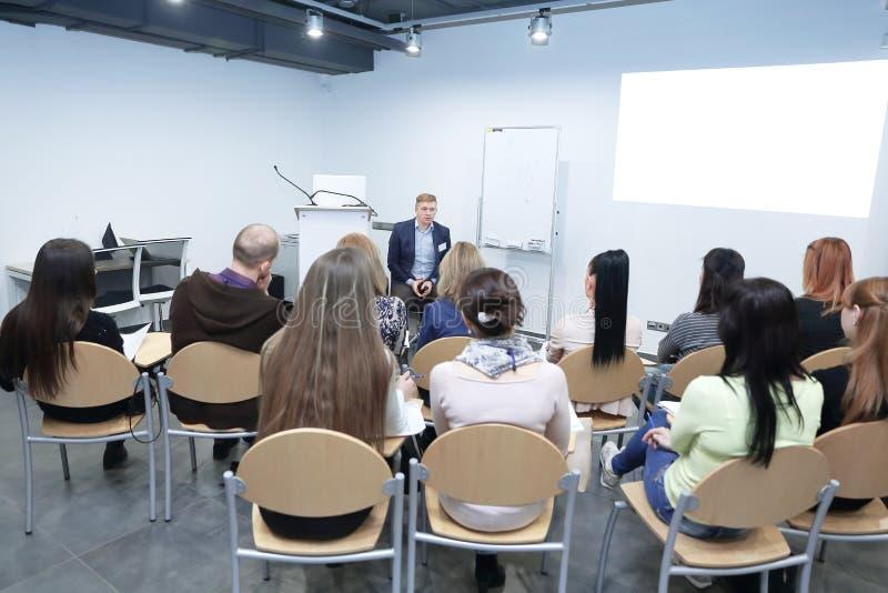 Spreker die een Bespreking geven op Commerciële Vergadering royalty-vrije stock afbeelding