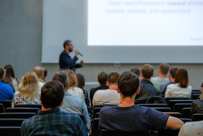 Spreker die een Bespreking geven op Commerciële Vergadering stock fotografie