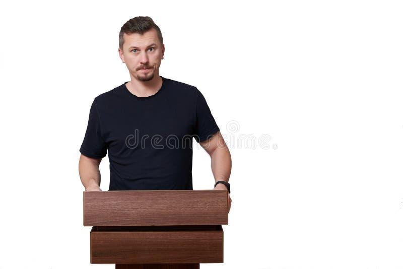 Spreker die praatjes op podium geeft, geïsoleerd op witte achtergrond met exemplaarruimte royalty-vrije stock fotografie