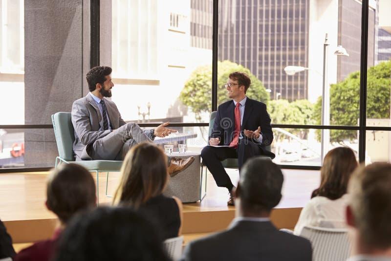 Spreker en interviewerbespreking voor publiek bij seminarie royalty-vrije stock fotografie