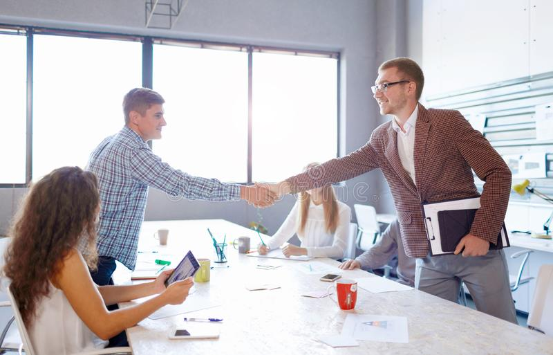 Spreker het schudden handen met student Bedrijfsprogrammavergadering over een lichte achtergrond Het concept van het vennootschap royalty-vrije stock afbeelding