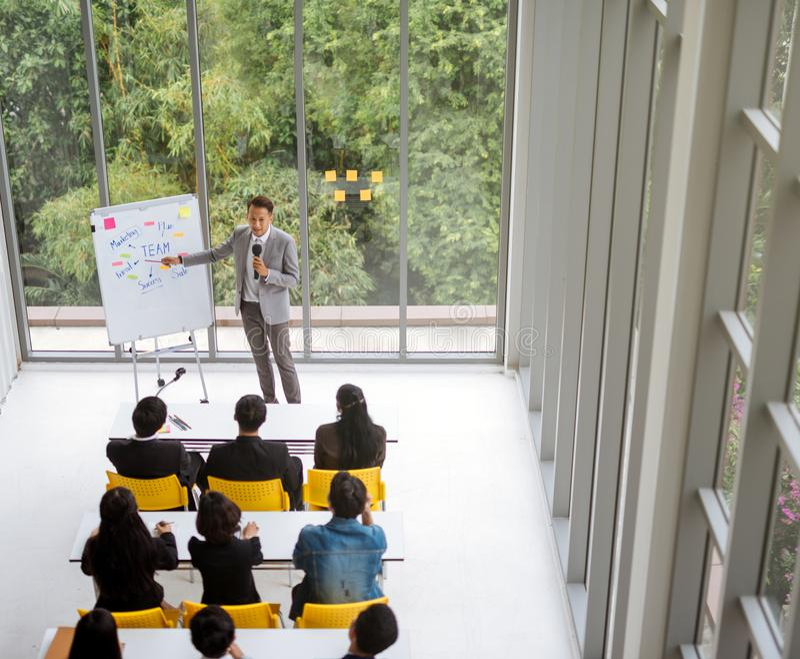 Sprekerspresentatie in een conferentievergaderzaal met veel van publiek royalty-vrije stock foto's